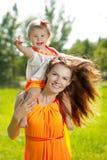 Maman et bébé de beauté dehors Famille heureuse jouant en nature MOIS Image libre de droits