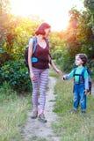 Maman et bébé de voyage Photos libres de droits