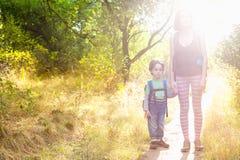 Maman et bébé de voyage Photo stock
