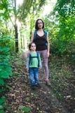 Maman et bébé de voyage Photographie stock libre de droits