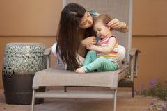 Maman et bébé dehors Images libres de droits