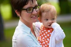 Maman et bébé en nature Photos libres de droits
