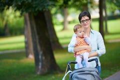 Maman et bébé en nature Photographie stock