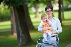 Maman et bébé en nature Image stock