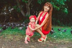 Maman et bébé en parc Images stock