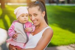 Maman et bébé en parc Photo stock