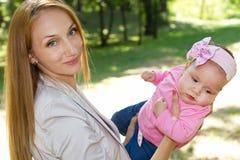 Maman et bébé en parc Photo libre de droits