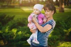 Maman et bébé en parc Photos libres de droits