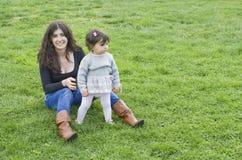 Maman et bébé en parc d'extérieur Image stock