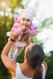 Maman et bébé heureux en parc Photo libre de droits
