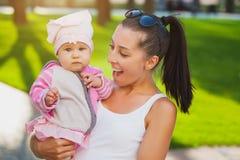 Maman et bébé heureux en parc Photo stock