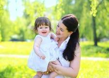Maman et bébé heureux en parc pendant l'été Photographie stock