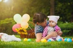 Maman et bébé heureux en parc vert Images libres de droits