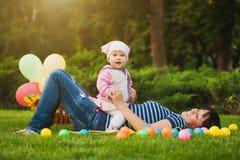 Maman et bébé heureux en parc vert Photo libre de droits