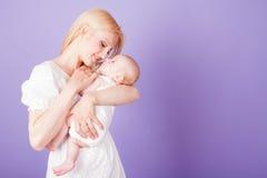 Maman et bébé sur les mains Photos stock