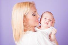 Maman et bébé sur les mains Photographie stock libre de droits