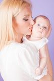 Maman et bébé sur les mains Photographie stock