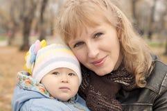 Maman et chéri en stationnement Photo stock