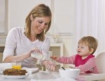 Maman et chéri mangeant le déjeuner Photographie stock