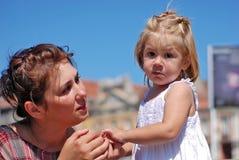 Maman et descendant image stock