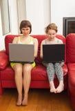 Maman et descendant avec des ordinateurs Photo libre de droits