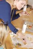 Maman et descendant faisant cuire des biscuits Photos libres de droits