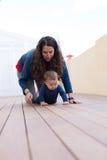 Maman et descendant heureux Photographie stock libre de droits