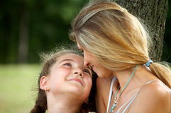 Maman et descendant heureux Photos libres de droits