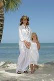 Maman et descendant sur la plage Photographie stock