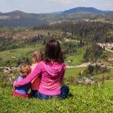 Maman et deux enfants dans les montagnes place Le concept du fa Photo stock