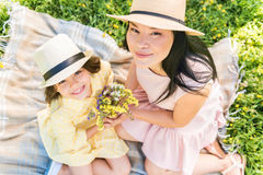 Maman et enfant heureux avec des fleurs de pré Image libre de droits