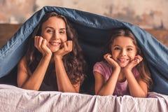 Maman et fille à la maison Photo libre de droits