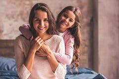 Maman et fille à la maison photo stock
