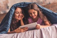 Maman et fille à la maison Photos libres de droits