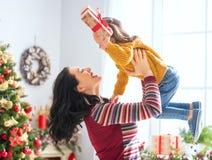 Maman et fille échangeant des cadeaux photographie stock