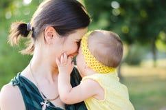 Maman et fille aimée photographie stock