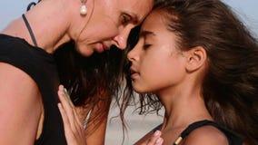 Maman et fille aux stands de plage face à face avec les yeux fermés clips vidéos