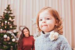 Maman et fille décorant l'arbre de Noël Image stock