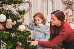 Maman et fille décorant l'arbre de Noël Photo stock