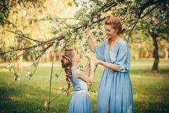 Maman et fille dans des robes Image libre de droits