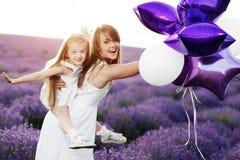 Maman et fille dans le domaine de lavande Concept d'amour de famille Image libre de droits