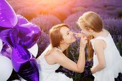 Maman et fille dans le domaine de lavande Concept d'amour de famille Images libres de droits
