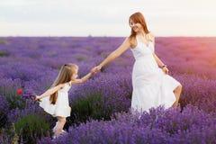 Maman et fille dans le domaine de lavande Concept d'amour de famille Photo libre de droits