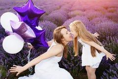 Maman et fille dans le domaine de lavande Concept d'amour de famille Photos stock