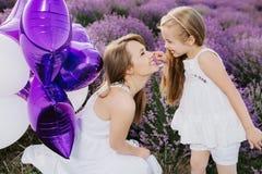 Maman et fille dans le domaine de lavande Concept d'amour de famille Photos libres de droits