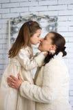 Maman et fille dans les robes d'hiver Photos libres de droits