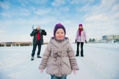 Maman et fille de papa sur un fond des arbres d'hiver et du ciel bleu, mode de vie, vacances d'hiver, amusement Photos libres de droits