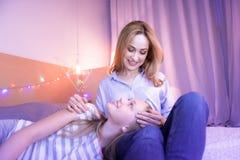 Maman et fille de soin détendant ensemble Images libres de droits