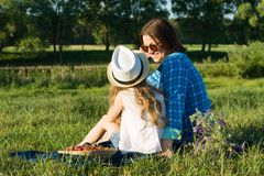 Maman et fille en nature, vacances de pays d'été, vue du dos Photo libre de droits