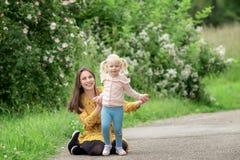 Maman et fille en parc photographie stock
